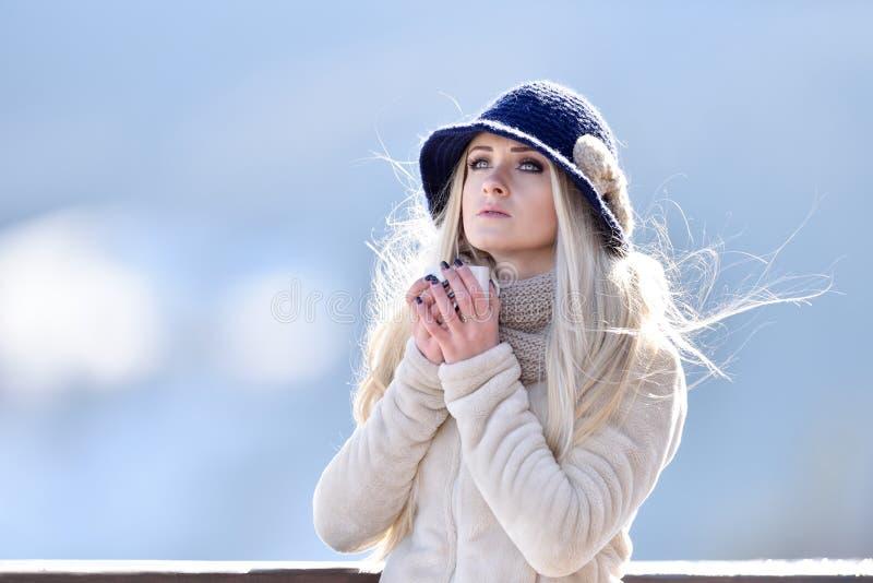 Den härliga lyckliga le vinterkvinnan med rånar utomhus- hållande cu fotografering för bildbyråer