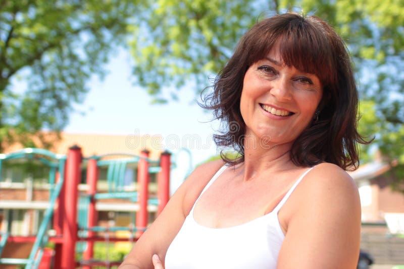 Den härliga lyckliga mogna caucasian kvinnan utanför i parkerar royaltyfria foton