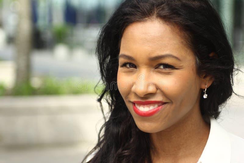 Den härliga lyckliga unga svarta kvinnan utanför i parkerar arkivbild