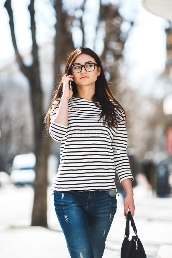 Den härliga modellen går med telefonen royaltyfri fotografi