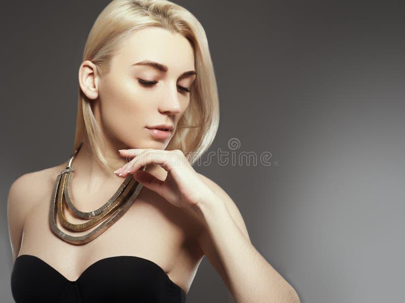 Den härliga modellflickan med rosa metallisk manikyr spikar på Modemakeup och skönhetsmedel royaltyfri foto
