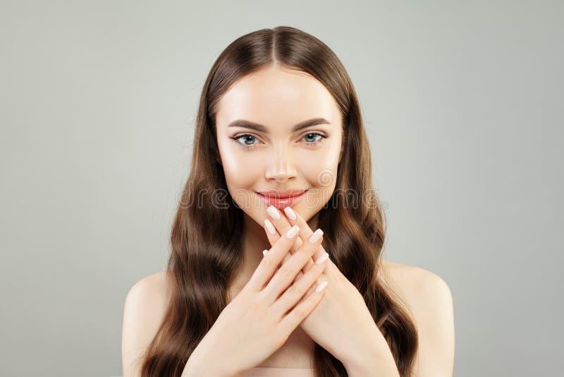 Den härliga modellkvinnan som visar handen med manicured, spikar Skincare och manikyrbegrepp royaltyfri fotografi