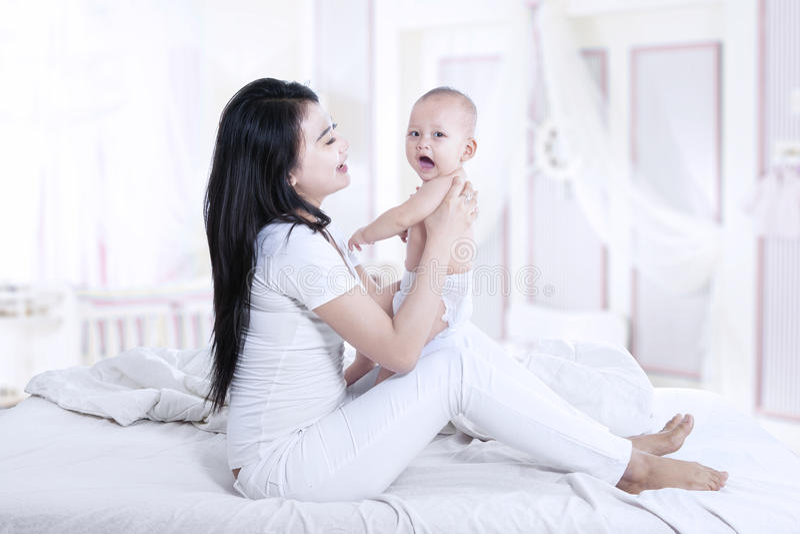 Den härliga modern och behandla som ett barn hemma royaltyfria bilder