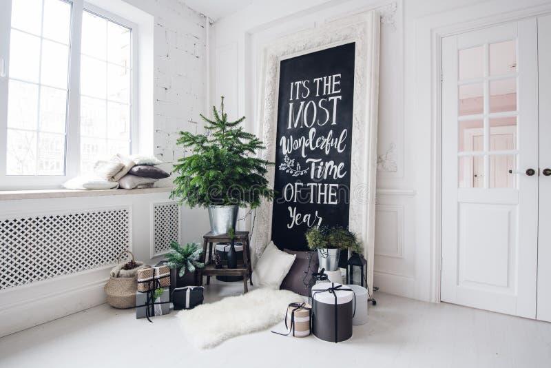 Den härliga moderna designen av rummet i delikata ljusa färger dekorerade med julgranen och dekorativa beståndsdelar royaltyfria bilder