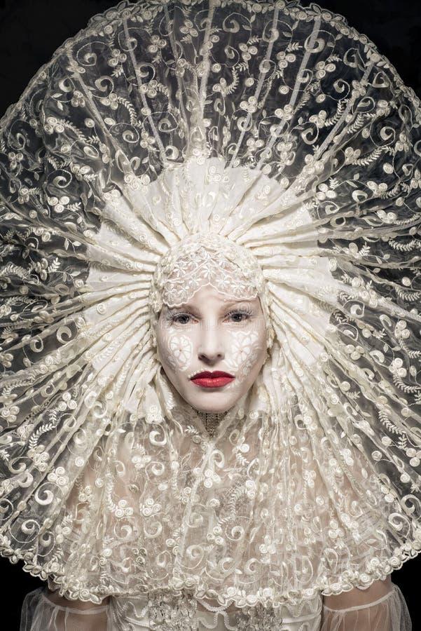 Den härliga mystiska kvinnan i vit snör åt arkivbild