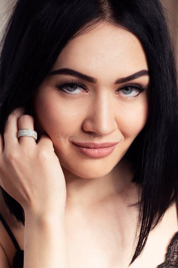 Den härliga närbilden för kvinnaframsidastående, gör perfekt hud, hår och kanter med beige matte läppstiftmakeup Ursnygg cirkel royaltyfria foton