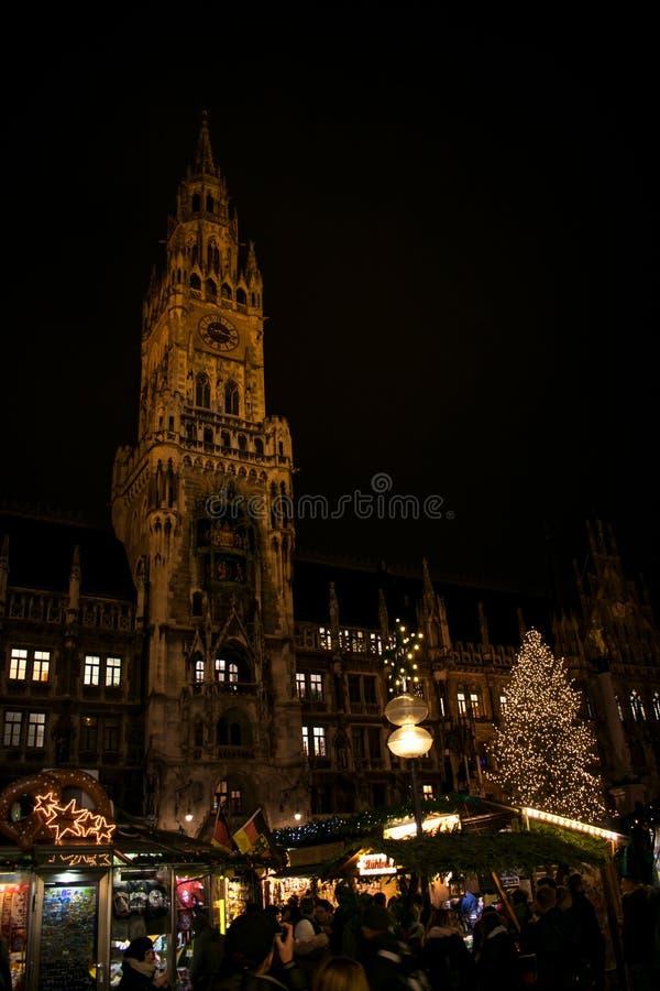Den härliga nattsikten av det Munich stadshuset arkivbild