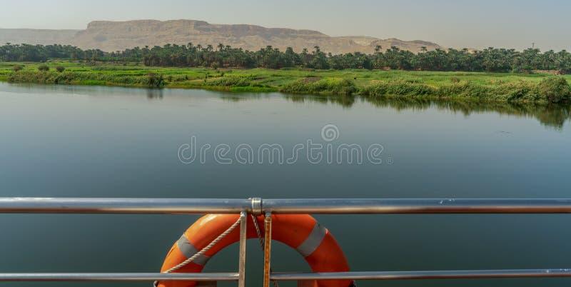 Den härliga Nile River med det Luxor berget som ses från ett lyxigt kryssningskepp i Egypten royaltyfri foto