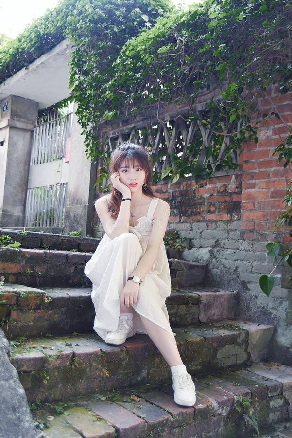 Den härliga och älskvärda asiatiska flickan visar att hennes ungdom i parkerar arkivbilder