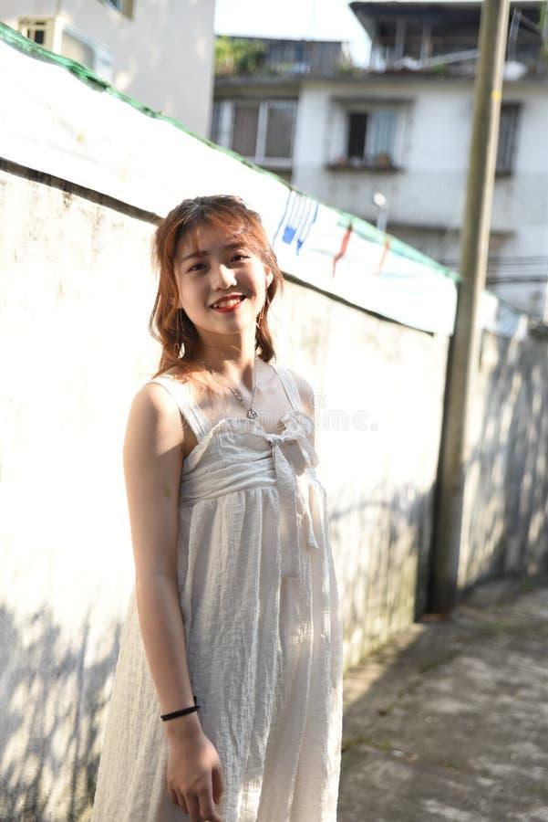 Den härliga och älskvärda asiatiska flickan visar att hennes ungdom i parkerar arkivfoton