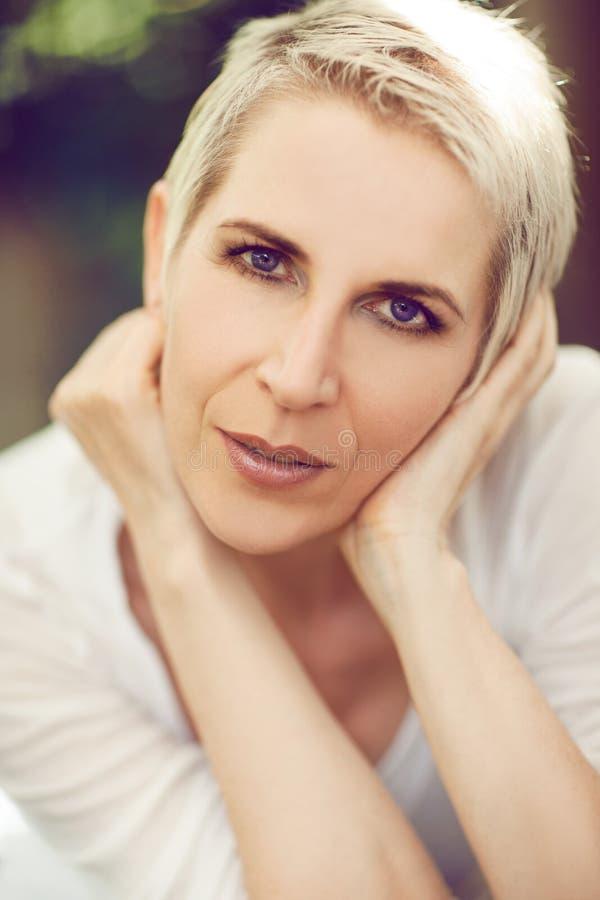 Den härliga och självsäkra mitt åldrades upp kvinnaståendeslut fotografering för bildbyråer