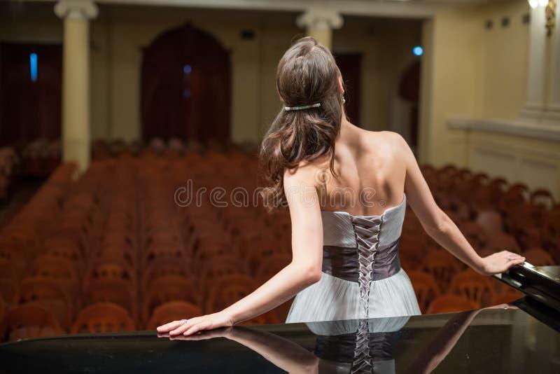 Den härliga operasångaren är tillbaka arkivfoto