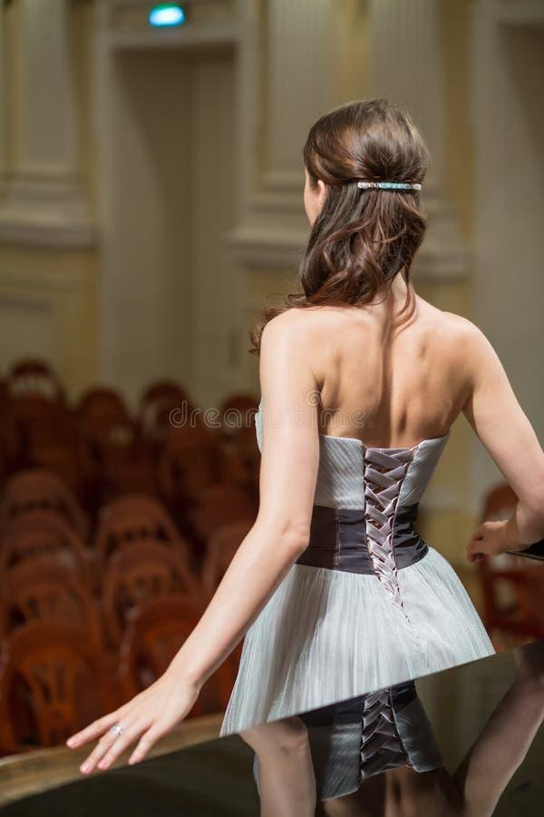 Den härliga operasångaren är tillbaka i konserthallen royaltyfri foto
