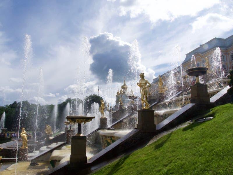 Den härliga Peterhof slotten i den St Petersburg dragningen royaltyfri bild