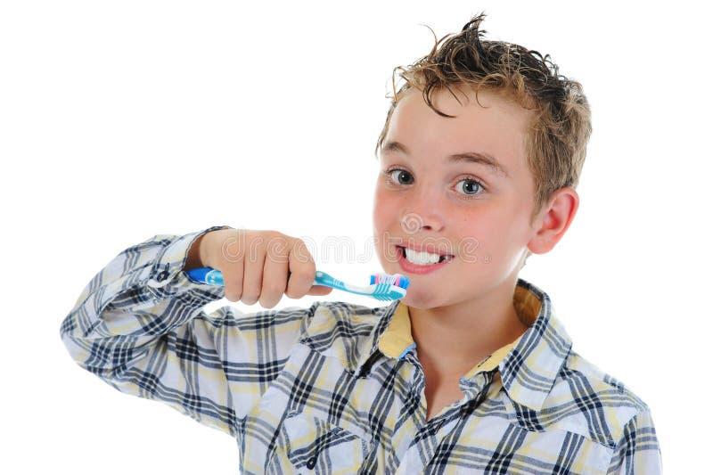 den härliga pojken gör ren dina lilla tänder royaltyfri fotografi