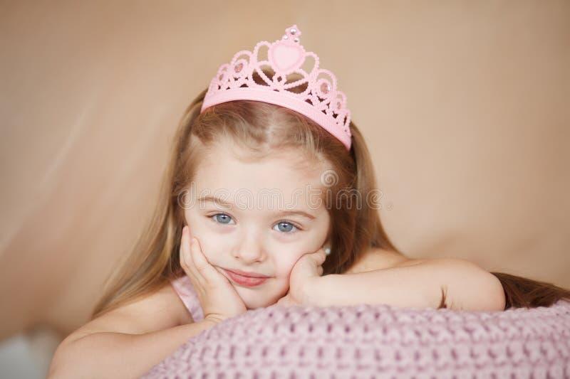 Den härliga prinsessaflickan i rosa färger klär att ligga som borras ner arkivbilder