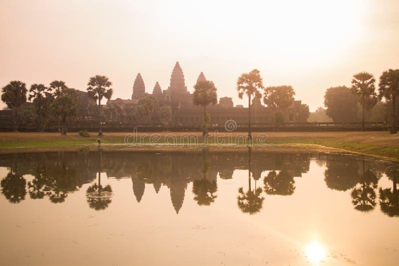 Den härliga reflexionen av Angkor Wat i pölen på soluppgång arkivbild