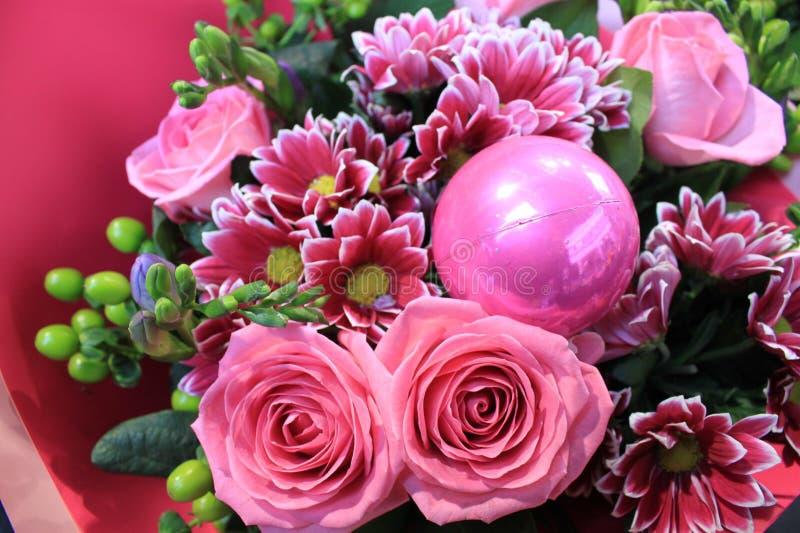 Den härliga romantiska buketten av rosor och rosa färger blommar arkivfoton