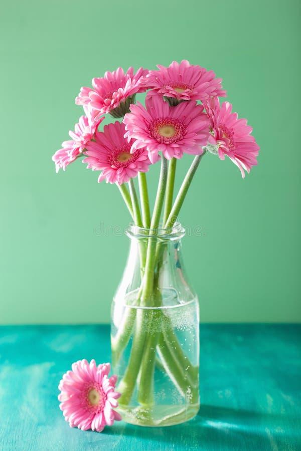 Den härliga rosa gerberaen blommar buketten i vas royaltyfri bild