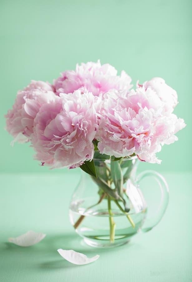 Den härliga rosa pionen blommar buketten i vas royaltyfri fotografi