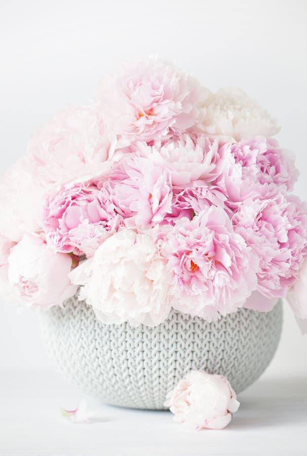 Den härliga rosa pionen blommar buketten i vas royaltyfri bild