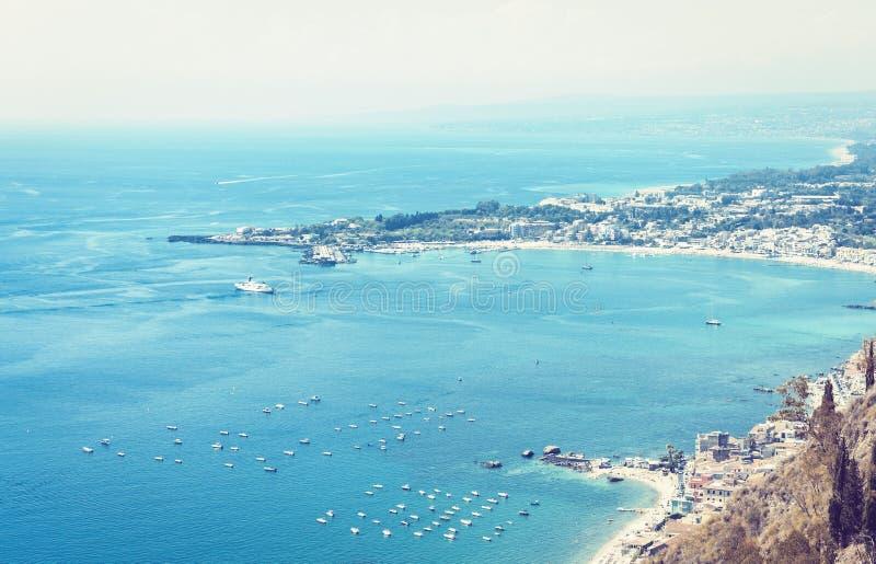 Den härliga seacoasten av den Sicilien, havet sikten med segelbåtar, bilar fartyg från Taormina, Italien arkivfoton