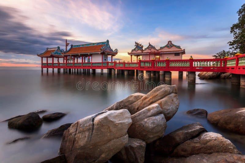 Den härliga seascapen och de klassiska trädgårdarna av den kinesiska paviljongen royaltyfri fotografi