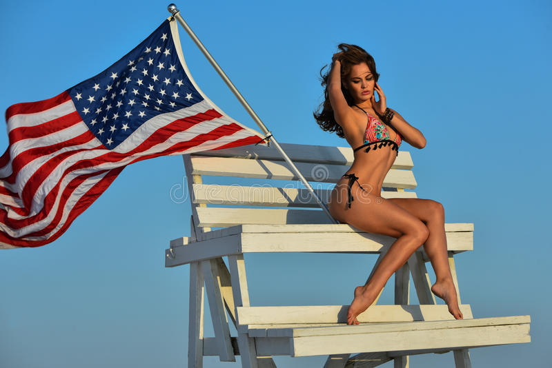 Den härliga sexiga unga flickan med perfekt bantar diagramet i bikini fotografering för bildbyråer
