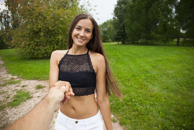 Den härliga sexiga unga kvinnan rymmer handen av en man i ett vete fi arkivfoton