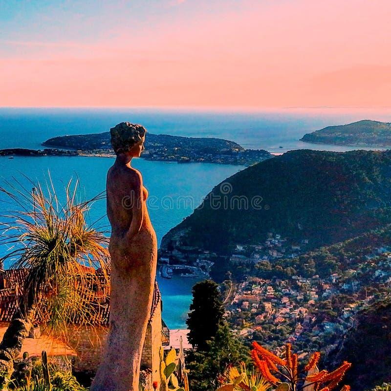 Den härliga sikten av byn av Eze, skulpturer, botaniska trädgården med kakturs, medelhavs- franska Riviera, azur seglar utmed kus arkivfoton