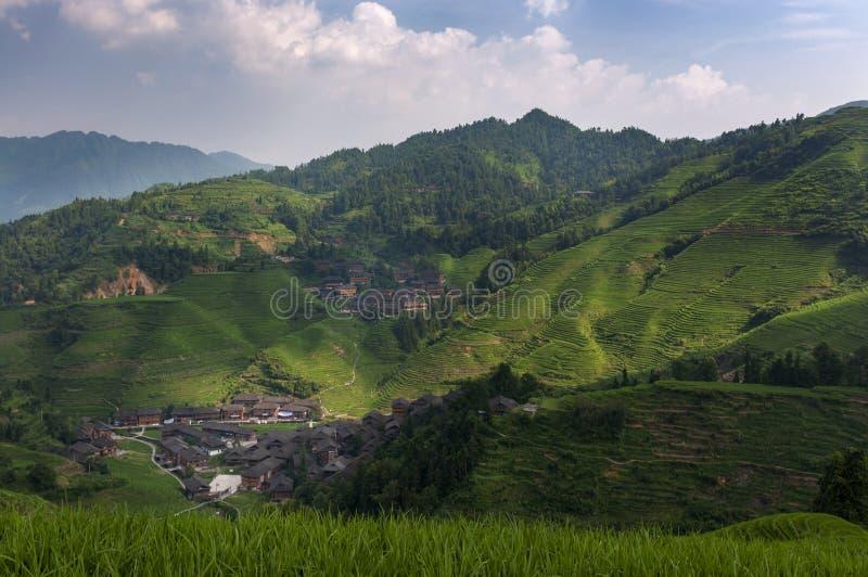 Den härliga sikten av den Dazhai byn och de omgeende Longsheng risen terrasserar i landskapet av Guangxi i Kina fotografering för bildbyråer