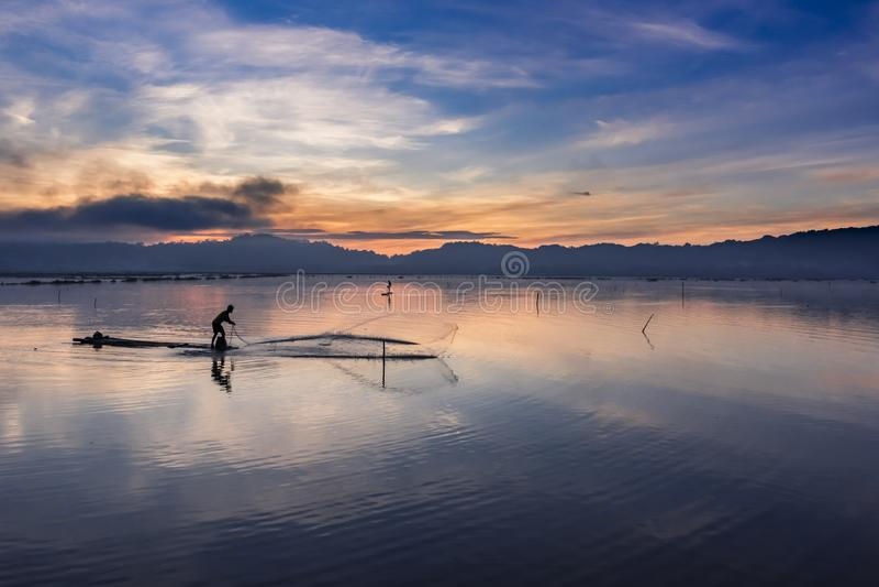 Den härliga sikten av fiskaren fördelar rengöringsduken royaltyfria bilder