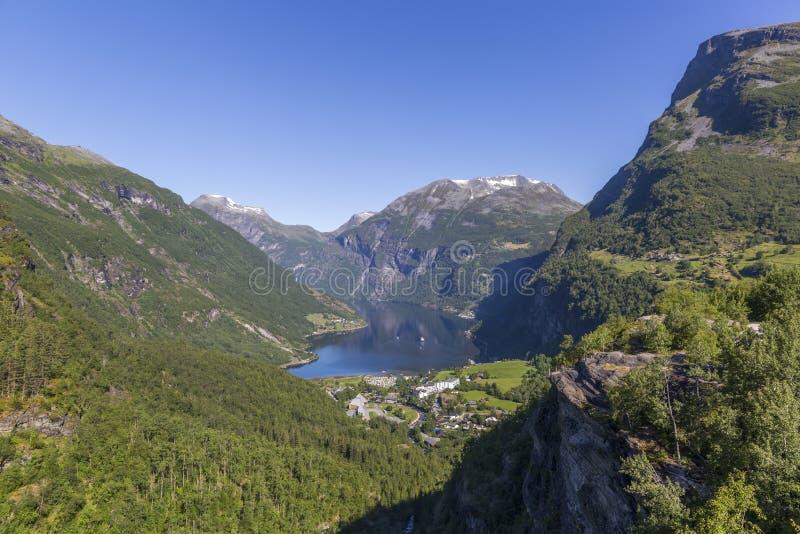 Den härliga sikten av den Geiranger fjorden och dalen från Flydalsjuvet vaggar arkivfoto