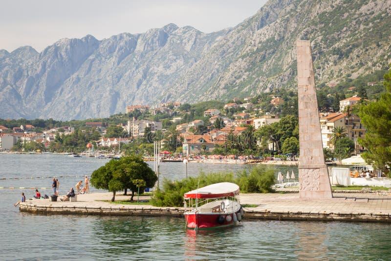 Den härliga sikten av obelisken av frihet på strand i frihet parkerar och vilar turister på bakgrund av cityscape royaltyfri bild