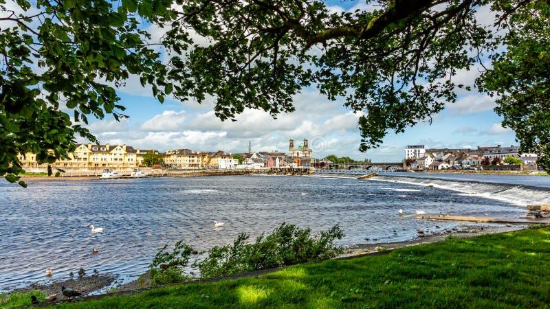 Den härliga sikten från parkerar av floden Shannon med staden av Athlone i bakgrunden royaltyfria bilder