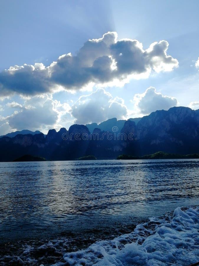 Den härliga sikten från sjön Kaosok till vaggar, moln och blå himmel arkivfoton