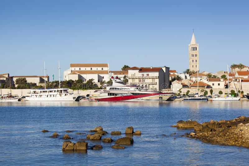 Den härliga sikten på den Rab staden och den är hamnen royaltyfri foto