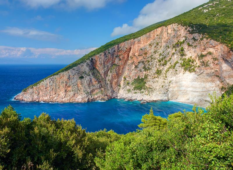 Den härliga sikten på fjärden för havet för den Zakynthos ElationSparto stranden, sten vaggar, blått vatten av det Ionian havet,  royaltyfri bild