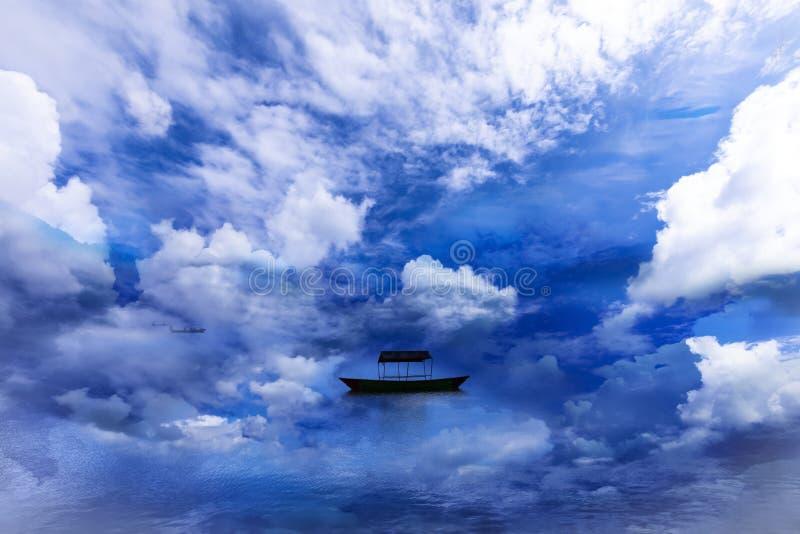 Den härliga sjön och det enkla fartyget med omger moln royaltyfri fotografi