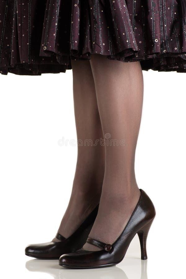 Den härliga slanka kvinnan lägger benen på ryggen i strumpa och skor royaltyfria foton
