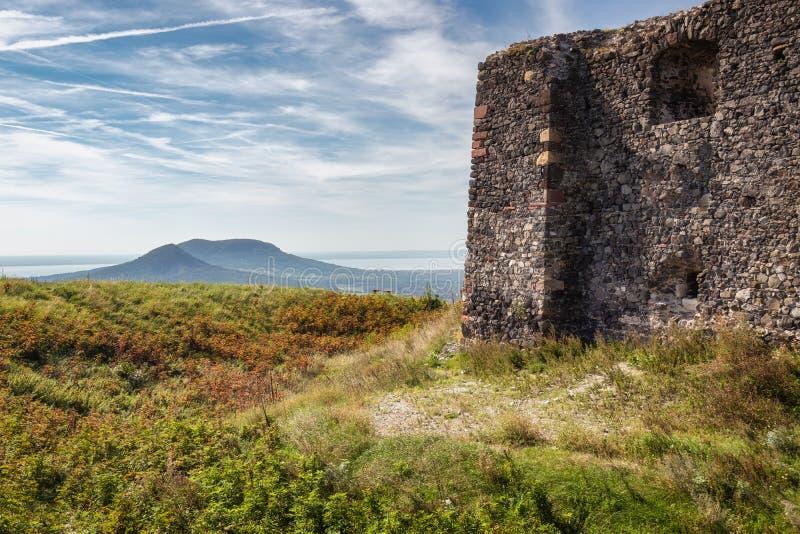 Den härliga slotten fördärvar från Ungern, slut av sjön Balaton, berget Csobanc royaltyfria foton
