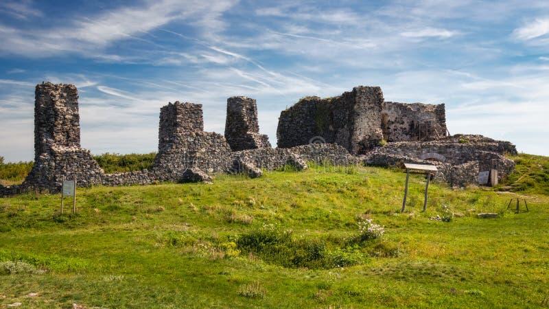 Den härliga slotten fördärvar från Ungern, slut av sjön Balaton, berget Csobanc arkivbild