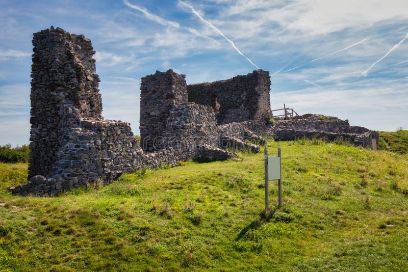 Den härliga slotten fördärvar från Ungern, slut av sjön Balaton, berget Csobanc royaltyfri foto