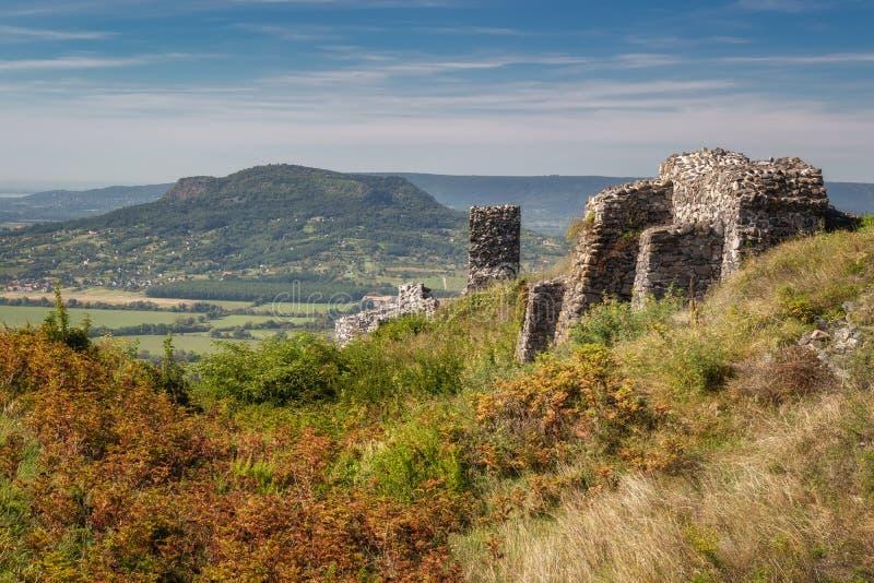 Den härliga slotten fördärvar från Ungern, slut av sjön Balaton, berget Csobanc arkivfoto
