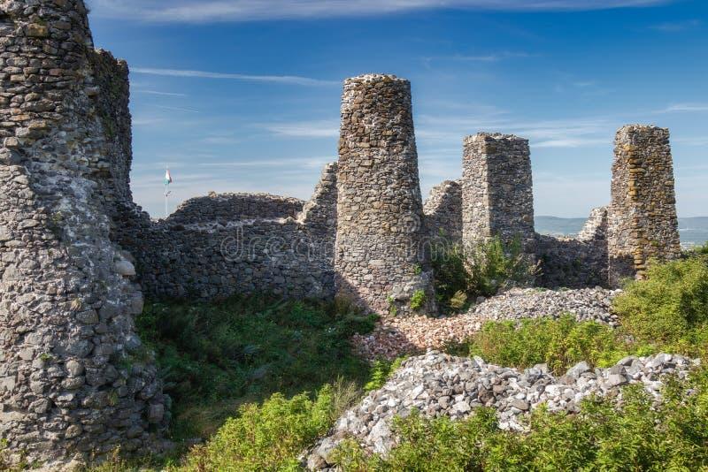 Den härliga slotten fördärvar från Ungern, slut av sjön Balaton, berget Csobanc royaltyfria bilder