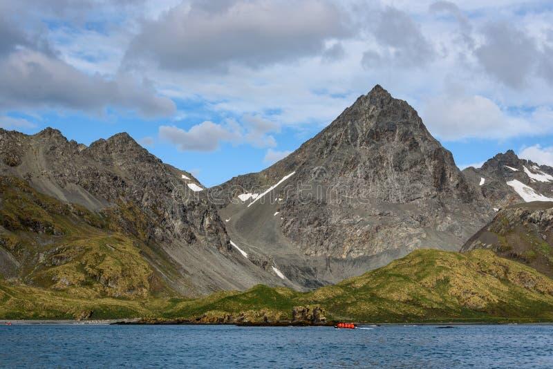 Den härliga soliga dagen på tunnbindare skäller med det gråa bergmaximumet mot vit molnig himmel för en blått och, uppblås arkivfoton