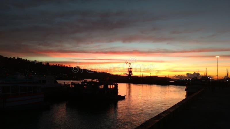 Den härliga solnedgången fångade från en trevlig färgglad himmel för hamn royaltyfria bilder