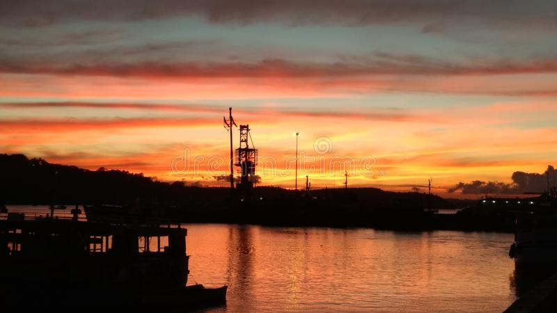 Den härliga solnedgången fångade från en trevlig färgglad himmel för hamn arkivfoton
