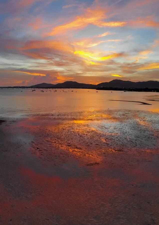 Den härliga solnedgången fördunklar flyg- sikt för havsstrand arkivbild