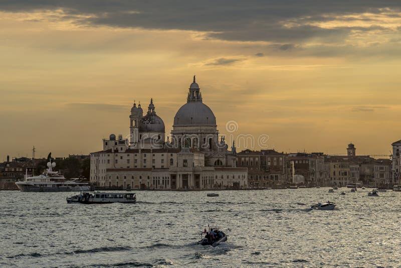 Den härliga solnedgången på den Venetian lagun och basilikadellaen saluterar, Venedig, Italien arkivfoton